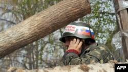 Ուկրաինա - Ռուսամետ ակտիվիստը Սլովյանսկում բարիկադների վրա, ապրիլ, 2014թ․