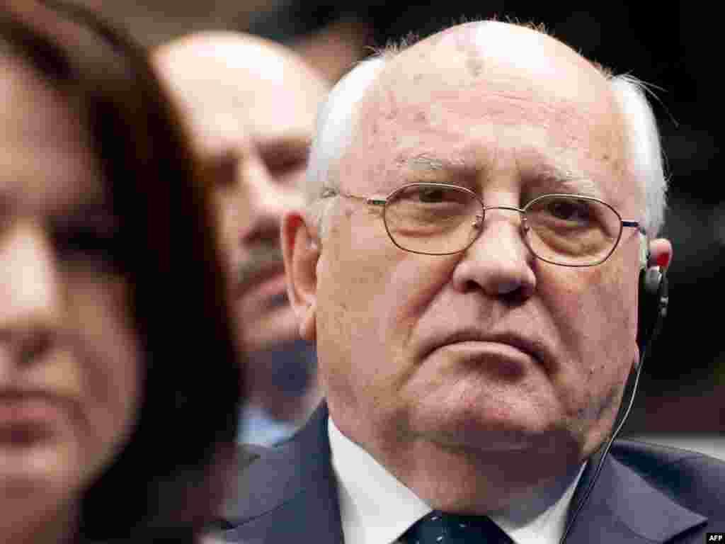Элекке Советлар Берлеге башлыгы Михаил Горбачев Мәскәүдәге Икътисад мәктәбендә Обама чыгышын тыңлый. 7 июль