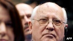 Президент СССР Михаил Горбачев после встречи с президентом США Бараком Обамой остался в Гостином дворе, чтобы выслушать его речь перед выпускниками Российской экономической школы.