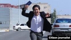 Молодой человек с дипломом в руке. Иллюстративное фото.