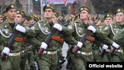 сарбозони тоҷик дар паради низомии 23.02.2013