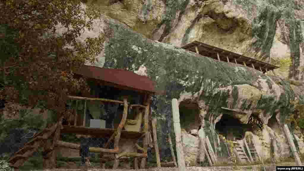 В нижнем ярусе монастыря– 16 изолированных друг от друга пещер, и еще 2 большие в западной части, представляющие собой естественные гроты, соединенные естественным проемом