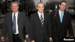 Former Blackwater security guard Nick Slatten (center) leaves a federal courthouse with attorneys in January 2009. (file photo)