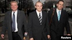 نیکولاس اسلیتن (نفر وسط) همراه با وکلای مدافعش. آقای اسلیتن به حبس ابد محکوم شده است.