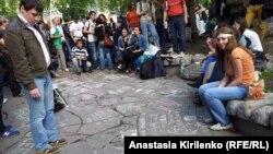 У памятника Абаю Кунанбаеву: лозунги разрешены только на асфальте