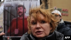 Alla Bout, gruaja e Viktor Boutit, para fotografisë së bashkëshortit të saj, gjatë një proteste afër Konsullatës së SHBA-ve në Shën Petersburg të Rusisë