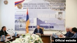 Armenia -- Prime Minister Hovik Abrahamian (center) presents the newly appointed Energy Minister Levon Yolyan (L) to the Ministry Staff, 1 Mar, 2016