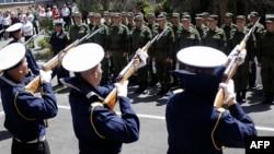 Призывники у военкомата в Симферополе, май 2015 года.