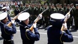 Призывники у одного из военкоматов в аннексированном Крыму, май 2015 года.