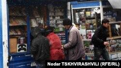 Грузинские компании предлагают жителям городов в считанные секунды пополнить баланс мобильного телефона, оплатить коммунальные услуги или сделать звонок при помощи пунктов экспресс-оплаты, которые обычно размещены в маленьких киосках на улицах