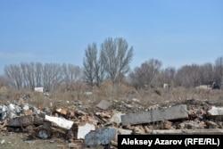 На этом участке нет никаких зданий, взятых государством под охрану. Но это место тоже входило в границы бывшей крепости. Сейчас здесь мусор и бурьян. Алматы, 25 сентября 2017 года.