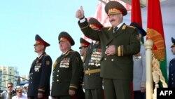 Аляксандар Лукашэнка прымае парад 3 ліпеня, архіўнае фота
