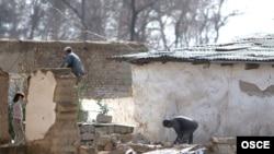 Люди ищут под завалами разрушенного дома в Душанбе, 1 марта 2008 г.