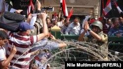 مصريون يحيّون جندي في يوم إحياء ذكرى 6 أكتوبر
