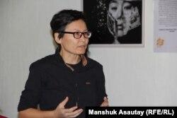 Жительница Алматы Гульзада на фотовыставке, посвященной жертвам насилия.