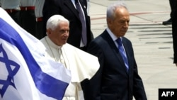 پاپ بندیکت شانزدهم در کنار شیمون پرز در فرودگاه بن گوریون تل آویو