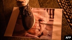 Pristalica politike turskog predsjednika Erdoana gazi sliku Fetuhala Gulena, Istanbul.