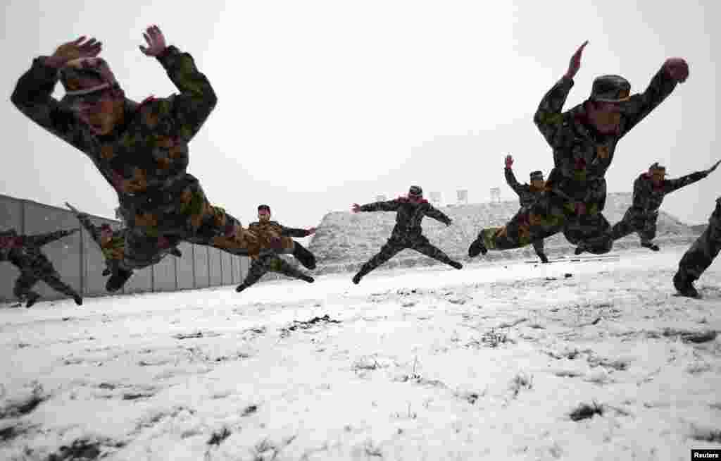 Chinese paramilitary policemen practice during extreme-weather training in Nanjing, Jiangsu province. (REUTERS/China Daily)