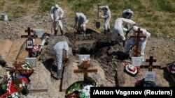 Похороны умершего от COVID-19 человека в Петербурге. Июнь 2020 года.