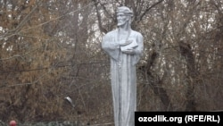 Ўшдаги Низомиддин Мир Алишер Навоий ҳайкали, 2013 йилнинг 9 феврали.