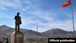 Памятник Турдакуну Усубалиеву на центральной площади города Нарын.