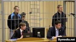 Уладзіслаў Кавалёў і Дзьмітры Канавалаў у клетцы падчас працэсу.