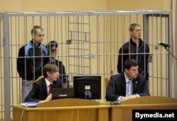 Дмитрий Коновалов (слева) и Владислав Ковалев (справа) на суде по делу о взрывах в Минске. 15 сентября 2011 года.