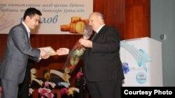 Ўзбекистон - Марказий банк раиси Файзулло Муллажонов (ўнгда).