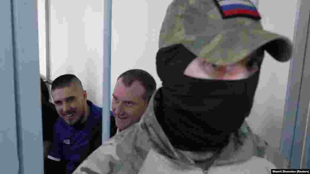 Военнопленные украинские моряки Богдан Головаш и Денис Гриценко в здании Лефортовского суда в Москве