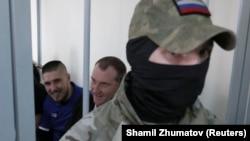 Украинские моряки Богдан Головаш и Денис Гриценко перед началом судебного заседания о продлении ареста