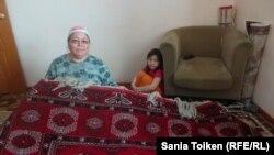 Оралман Носрадбиби Казак с дочерью.