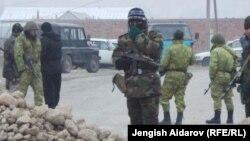 Кыргызские пограничники в селе Ак-Сай Баткенской области. 18 декабря 2013 года.