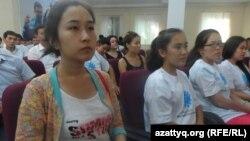 Абитуриенты, ставшие обладателями грантов по программе «Серпiн-2050». Шымкент, 25 августа 2014 года.