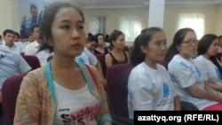 Молодежь, выигравшая образовательные гранты по программе «Серпин». Шымкент, 25 августа 2014 года.
