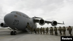 Направляющиеся в Афганистан солдаты, Центр транзитных перевозок «Манас». 5 апреля 2011 года.