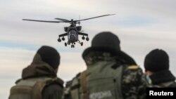 Российский вертолет МИ-35 кружит в воздухе близ села Стрелковое Херсонской области Украины. 16 марта 2014 года.