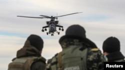 """Украина әскерлері ресейдің """"Ми-35"""" әскери тікұшағына қарап тұр. Қырым, 16 наурыз 2014 жыл."""