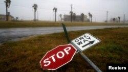 Повалені буревієм «Гарві» дорожні знаки. Техас, США, 25 серпня 2017 року