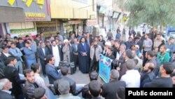 تجمع در بیرون از محل سخنرانی موسوی لاری -عکس از کلمه