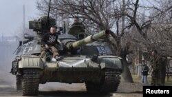 Ілюстраційне фото: український танк у селищі Луганське Донецької області, фото 27 березня 2015 року