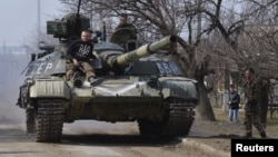 Members of the Ukrainian armed forces drive a tank in the Donetsk region. (file photo)