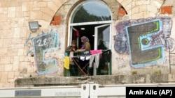Dve žene izbeglice razgovaraju na prozoru, ilustrativna fotografija