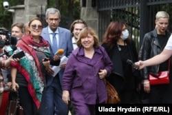 Перед входом в Следственный комитет Светлану Алексиевич встретили активисты и представители СМИ