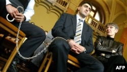 Рамиль Сафаров (в центре) слушает приговор Будапештского суда