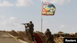"""Бойцы шиитского ополчения сражаются с боевиками """"Исламского государства"""". Земли к северу от Багдада, 2 марта 2015 года."""