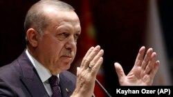 رجب طیب اردوغان میگوید در جریان مکالمه تلفنی با با ترامپ در اوایل هفته جاری میلادی، خواستار اعزام یک هیئت آمریکایی به آنکارا برای بحث در مورد خواستهها و تلاش برای دستیابی به یک توافق شدهاست.