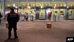 یک مامور پلیس مرکز بهداشت نیویورک در کنار بیمارستانی که آزمایشهای اولیه بر دکتر اسپنسر در آن انجام شده است