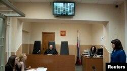 Слухання у справі Руслана Якушева (на екрані монітора) в Мурманському обласному суді, 23 жовтня 2013 року
