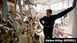 Выселенный владелец среди развалин своего дома, 12 апреля 2013