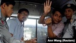 Мьянмада ұсталған Reuters журналистері Ва Лон (сол жақтан екінші) мен Куа Сое Уу (қолын көтеріп тұр).